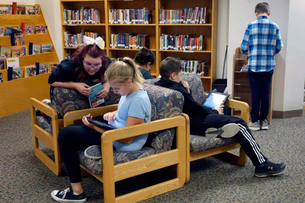 Adolescents en una biblioteca